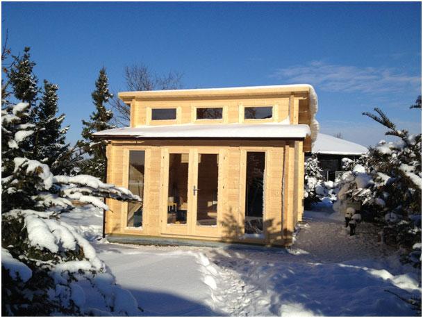 Gartenhaus mit Schnee