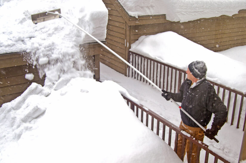 Mann Schippe Schnee Dach