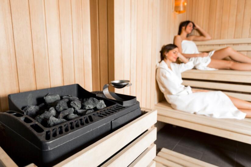 Sauna von Innen mit Frau