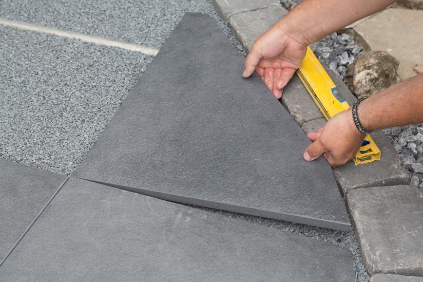 zugeschnittene-terrassenplatte-einsetzen