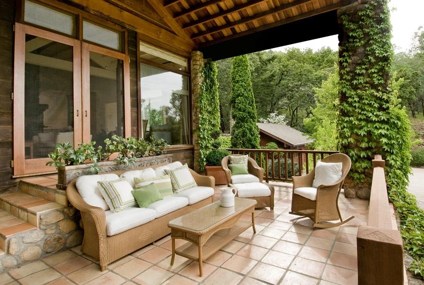 Möbel unter der Terrassenüberdachung