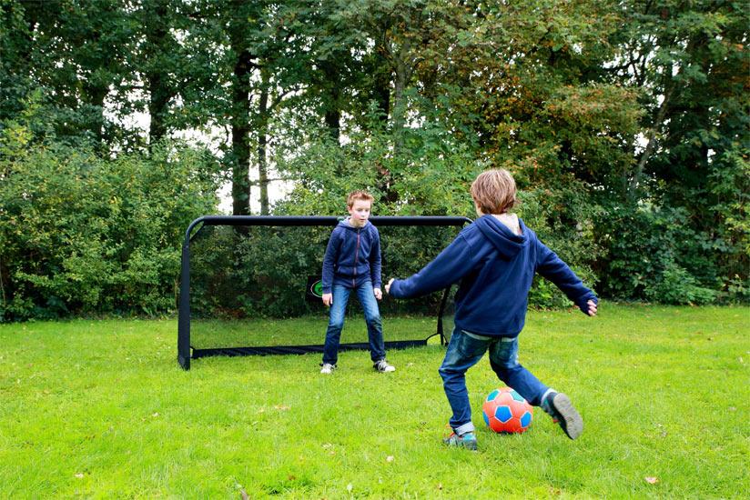 Jungs Fussball spielen