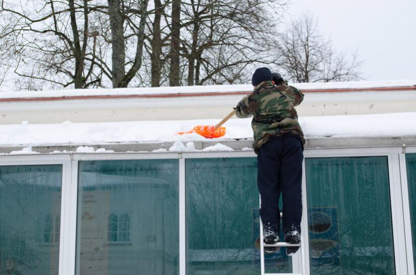 Mann Schnee Dach