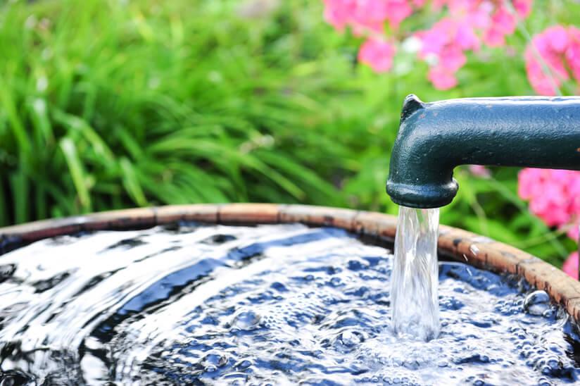Wasserstrahl in Wasserbottich