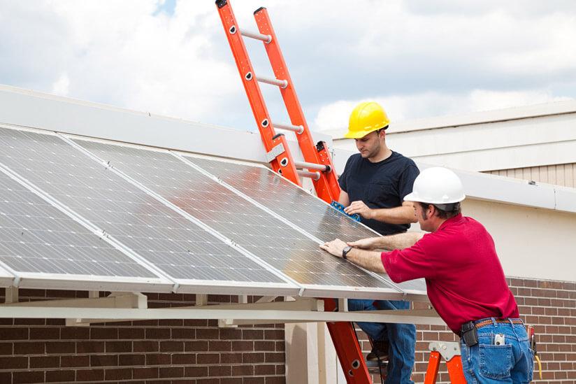 Männer bringen Solardach an