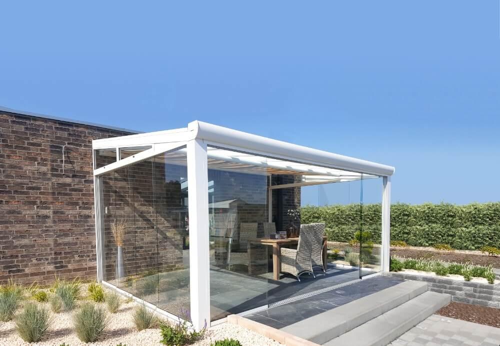 wintergarten mit polyeindeckung und glasschiebew nde. Black Bedroom Furniture Sets. Home Design Ideas