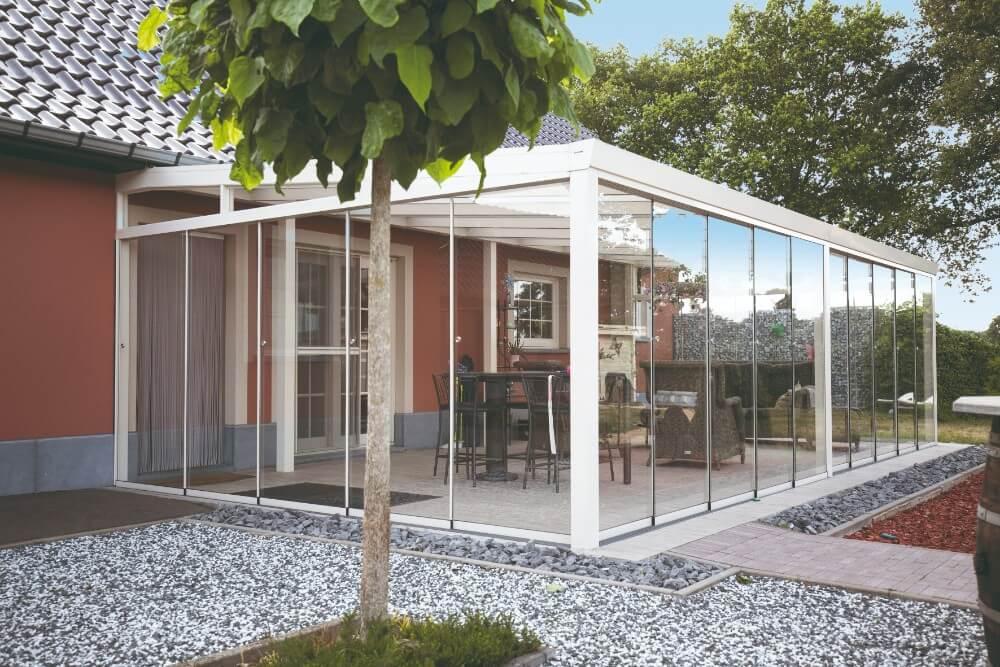 wintergarten mit glaseindeckung und glasschiebew nde. Black Bedroom Furniture Sets. Home Design Ideas